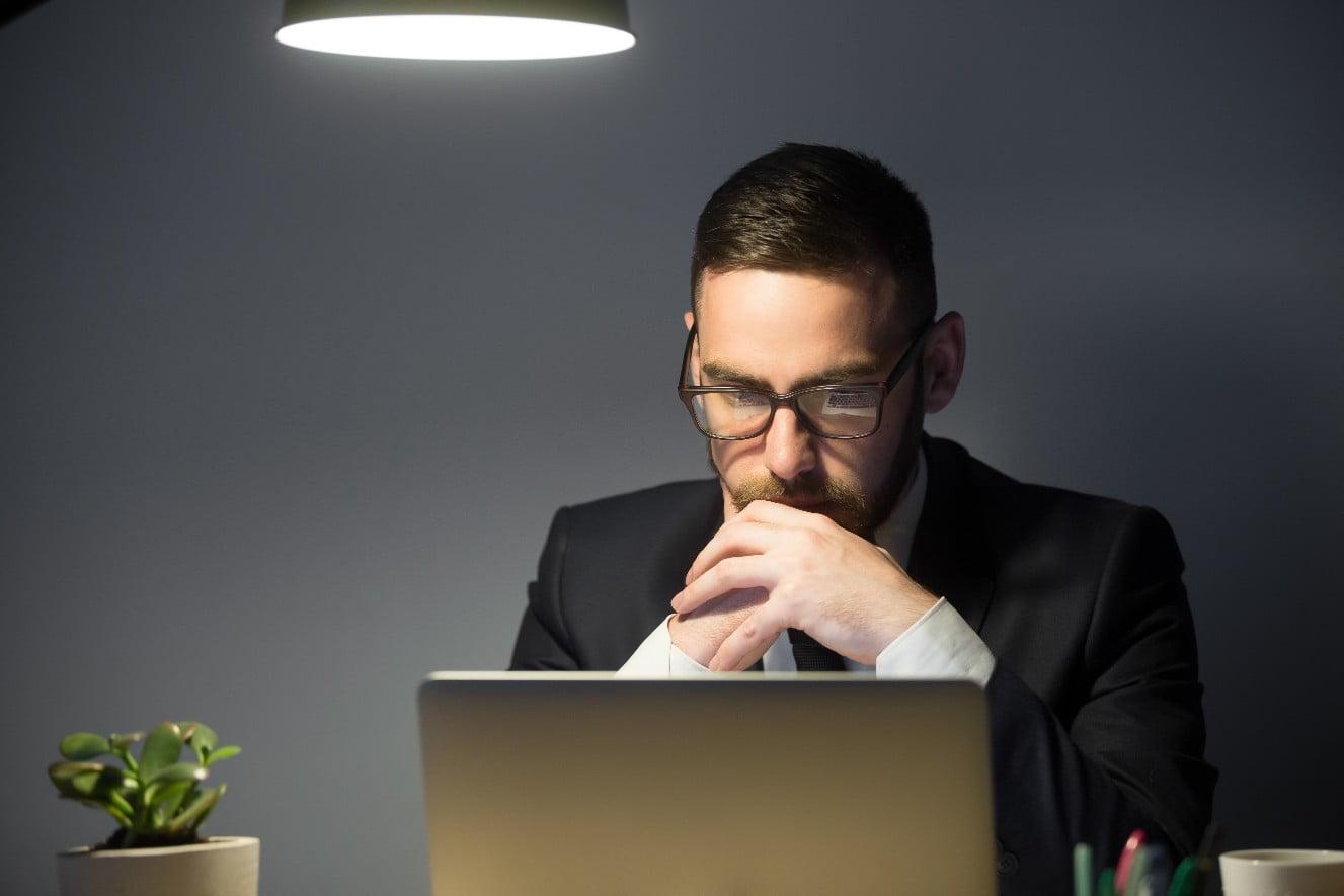 תמונה של מועמד במהלך מבחנים ממוחשבים של מכון פילת
